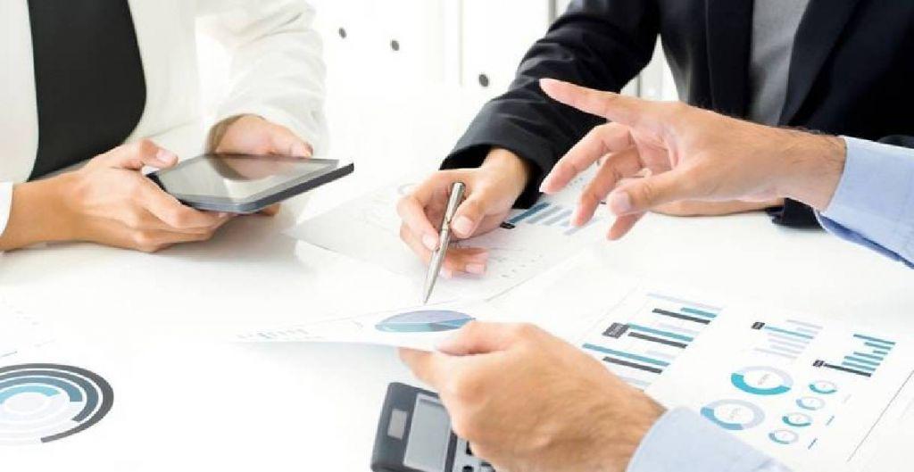 flujos de caja libre, free cash flows, diplomados UC online, ejecutivos haciendo cálculos