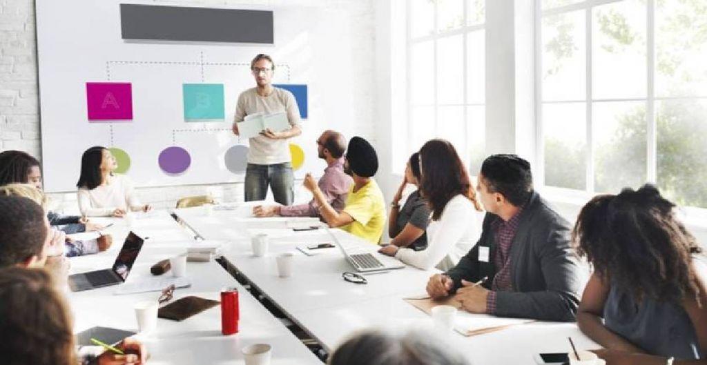 control de gestión, diplomados Uc online, equipo de trabajo en una presentacion